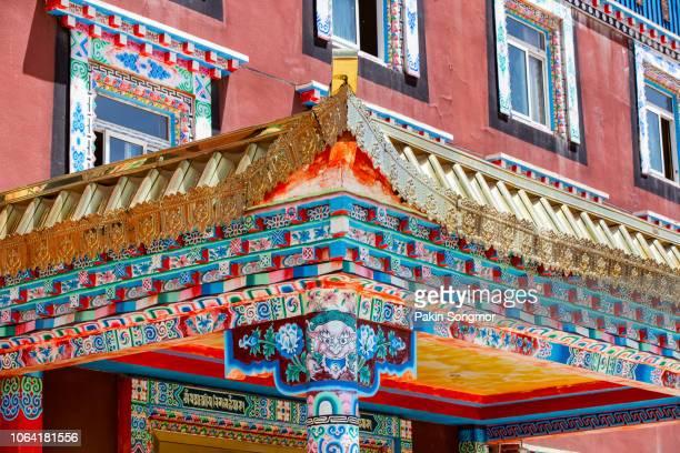 tibetan architecture and artwork at larung gar (buddhist academy) - lhasa stockfoto's en -beelden