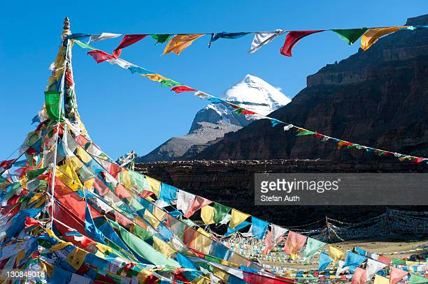 tibetan buddhism, tarboche, a flagpole with colourful prayer flags, in front of the snow-covered holy mount kailash, south side, gang rinpoche, pilgrimage trail, kora, ngari, gang-tise mountains, trans-himalaya, himalayas, west tibet, tibet autonomous regi - mt kailash stock pictures, royalty-free photos & images
