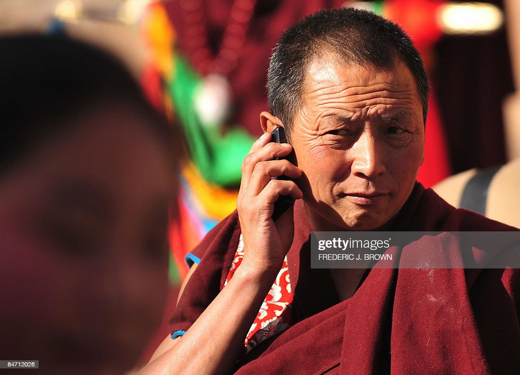 A Tibetan Buddhist monk on his mobile ph : News Photo