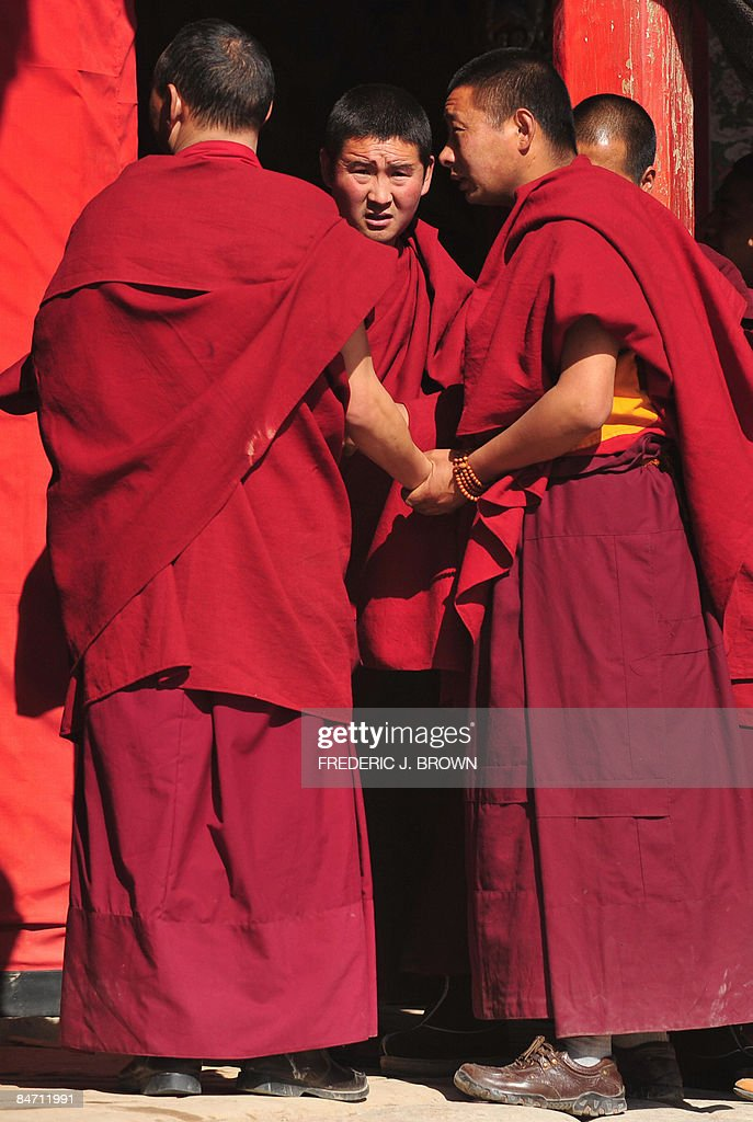 Tibetan Buddhist monks gather during ong : News Photo