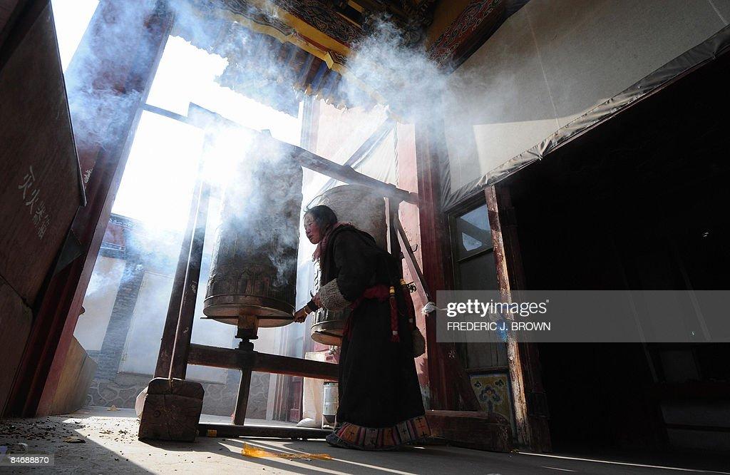 A Tibetan Buddhist pilgrim spins a praye : News Photo