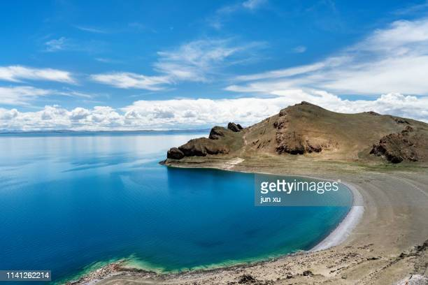 tibetan holy sky lake blue sky and white clouds - india summer stock-fotos und bilder