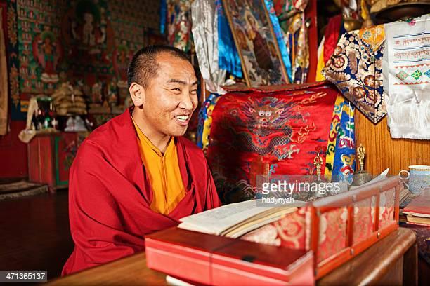 チベットの僧にガプジャ(ドルガ神の祈る