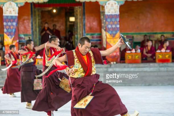 tibétain et des moines sont spectacle de danses spirituel festival du monastère de tashilhunpo - dalai lama photos et images de collection