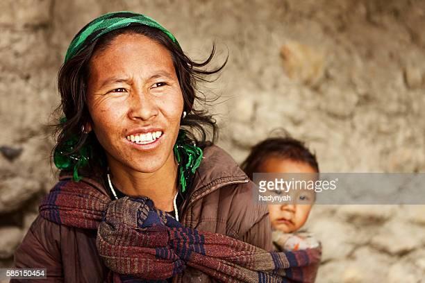 Tibetische Mutter Ihr Kind tragen
