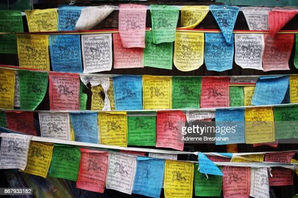 tibetan prayer flags - portafortuna foto e immagini stock
