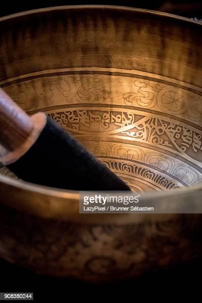 tibetan singing bowl - tibetaanse cultuur stockfoto's en -beelden