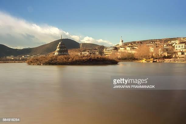 tibetan stupa in lamuyangcuo lake - songzanlin monastery stockfoto's en -beelden