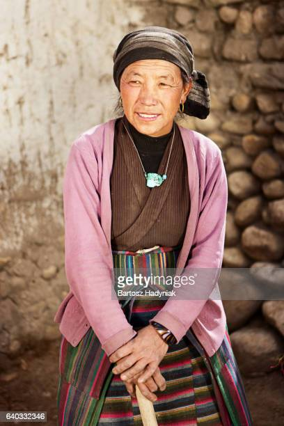 tibetan woman at work. mustang, nepal. - nepalese ethnicity stock pictures, royalty-free photos & images
