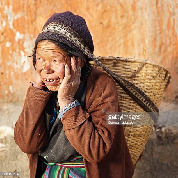 Tibetische Frau tragen Korb