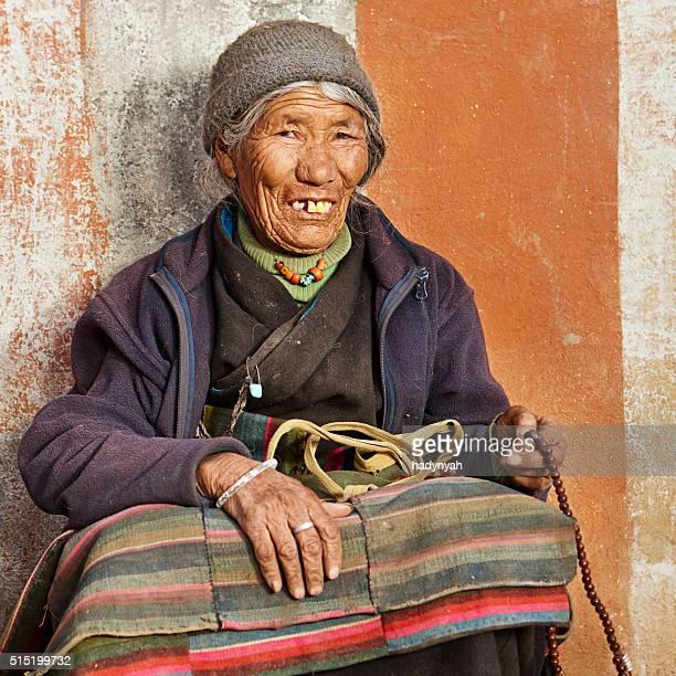 Tibetische Frau Beten in Lo Manthang, Obere Mustang