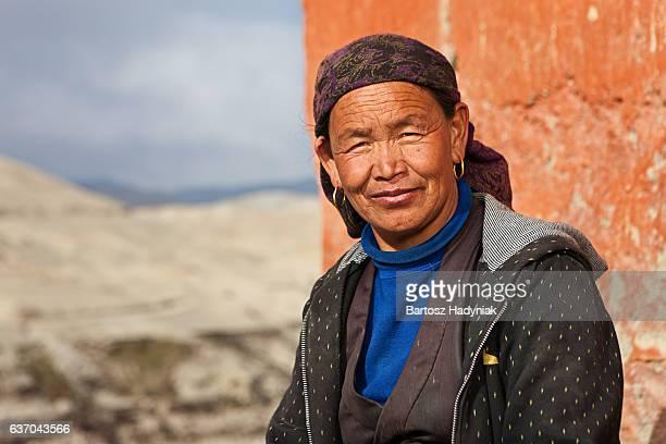 Tibetische Frau ruhen in Lo Manthang, Upper Mustang