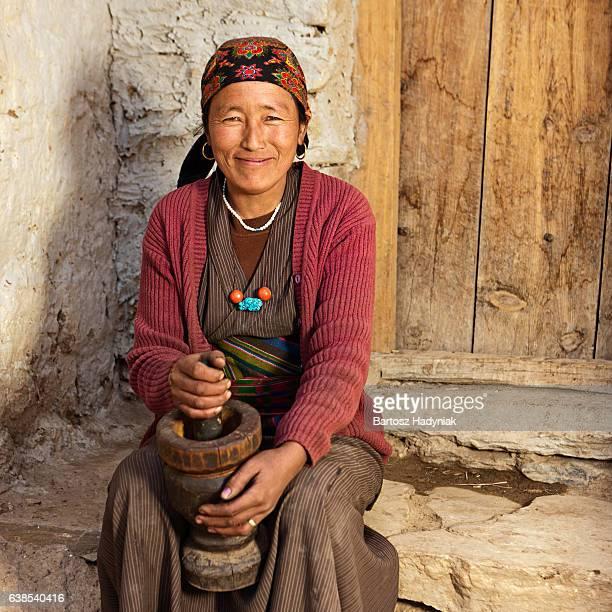 Tibetische Frau mit einem Stößel, Mehl.   Mustang, Nepal