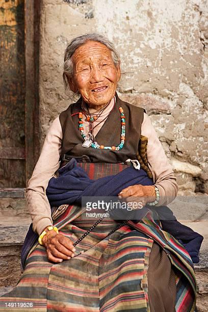 Tibetische Frau mit einem Rosenkranz