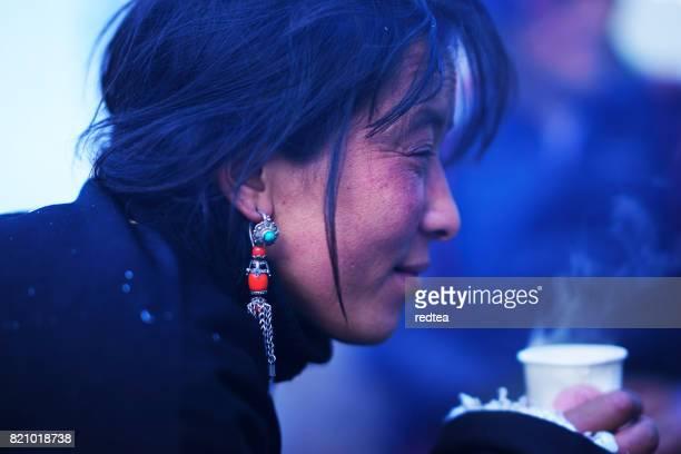 tibetano mulheres - tribo asiática - fotografias e filmes do acervo