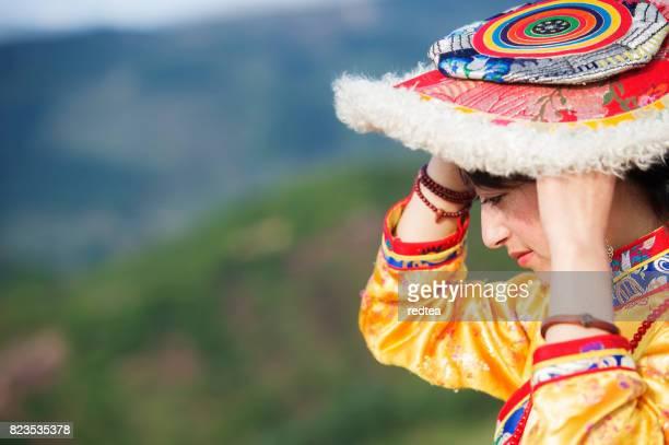 een tibetaanse vrouwen - lhasa stockfoto's en -beelden