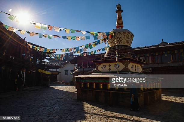tibetian stupa in shanggri-la - shangri la stockfoto's en -beelden