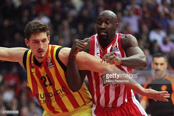 Tibor Pleiss #21 of FC Barcelona competes with Othello Hunter #5 of Olympiacos Piraeus during the 20142015 Turkish Airlines Euroleague Basketball...