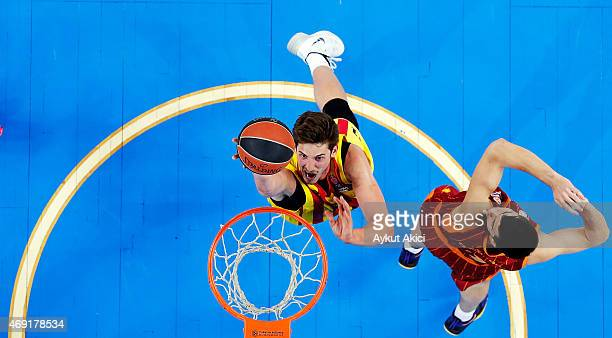 Tibor Pleiss #21 of FC Barcelona competes with Zoran Ercceg #7 of Galatasaray Liv Hospital Istanbul during the Turkish Airlines Euroleague Basketball...