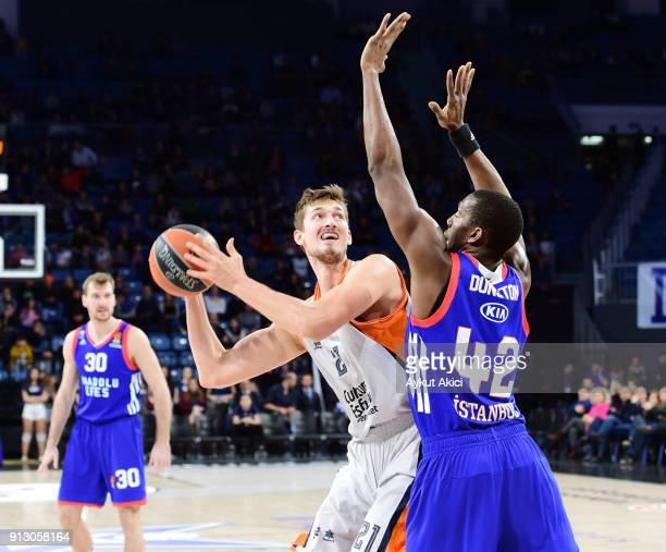 Tibor Pleiss #21 of Valencia Basket competes with Bryant Dunston #42 of Anadolu Efes Istanbul during the 2017/2018 Turkish Airlines EuroLeague...