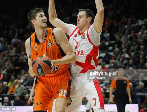 Tibor Pleiss #21 of Valencia Basket competes with Johannes Voigtmann #7 of Baskonia Vitoria Gasteiz during the 2017/2018 Turkish Airlines EuroLeague...