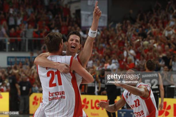 BAMBERG GERMANY JUNE Tibor Pleiss of Bamberg celebrates victory with his team mate Casey Jacobsen and Brian Roberts after winning game 3 of the Beko...