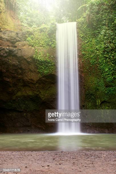 tibumana waterfall in bali, indonesia - wasserfall stock-fotos und bilder