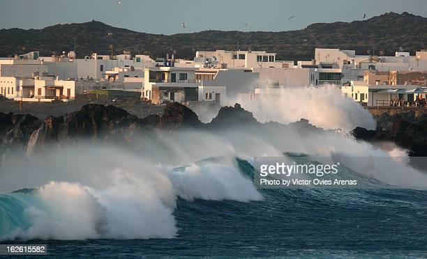 tidal waves in el golfo - victor ovies fotografías e imágenes de stock
