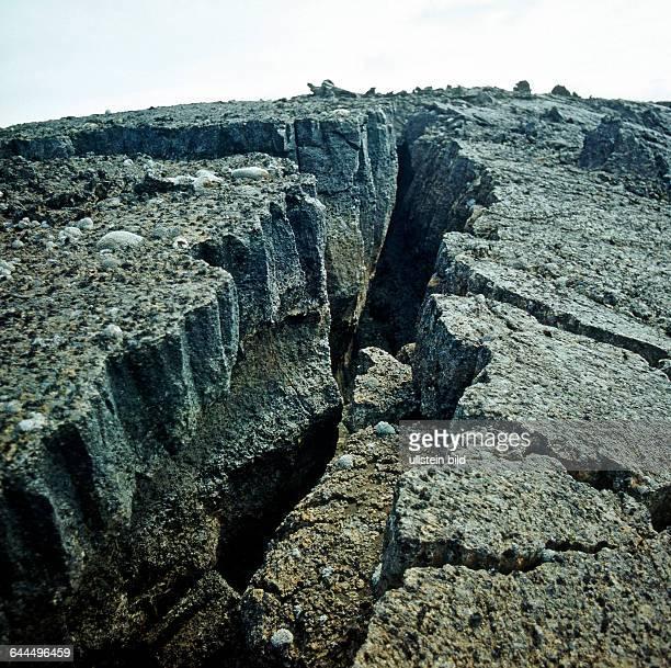 Tiefe Lavaspalten im Hochland der alten Vulkaninsel Island markieren den Verlauf des Zentralislaendischen Grabens einer markanten tektonischen...