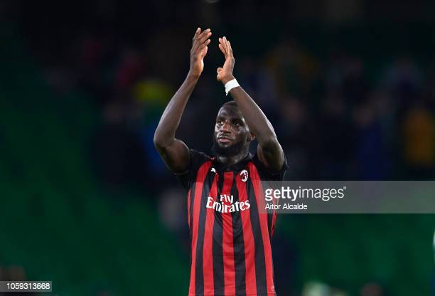 Tiemoue Bakayoko of AC Milan waves to the fans after the end of the UEFA Europa League Group F match between Real Betis and AC Milan at Estadio...