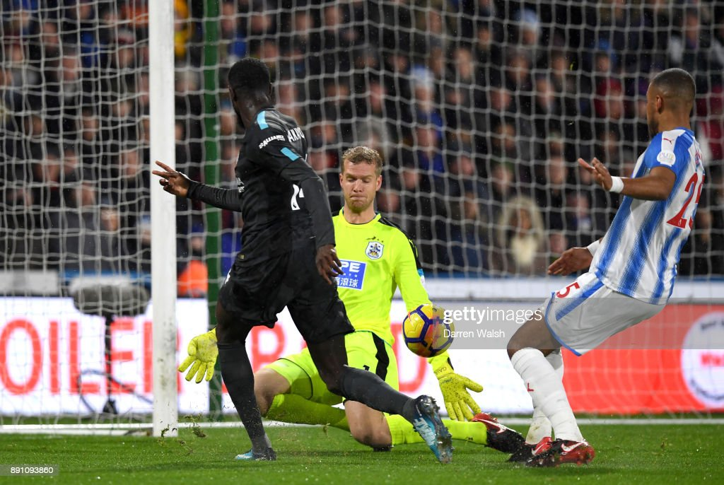 Tiemoue Bakayoko of Chelsea scores the first Chelsea goal during the Premier League match between Huddersfield Town and Chelsea at John Smith's Stadium on December 12, 2017 in Huddersfield, England.
