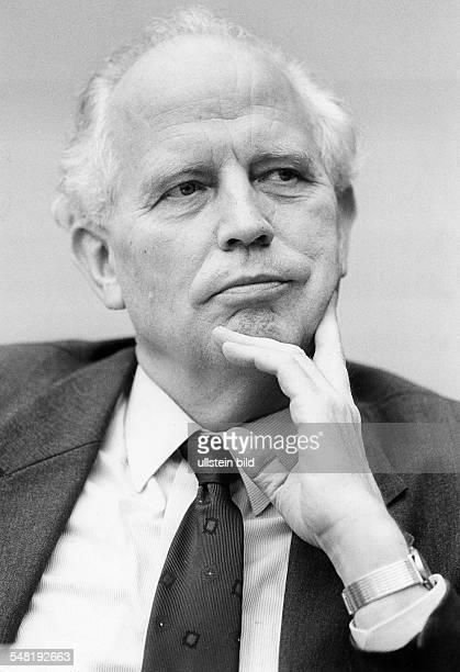 Tietmeyer, Hans *- Bankier, Wirtschaftswissenschaftler, D Staatssekretaer im Bundesfinanzministerium 1982-1989 Praesident der Deutschen Bundesbank...