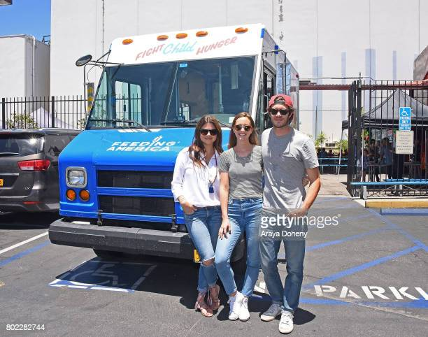 Tiffani Thiessen Leighton Meester and Adam Brody volunteer at Feeding America's Summer Hunger Awareness event At Para Los Ninos in Los Angeles on...