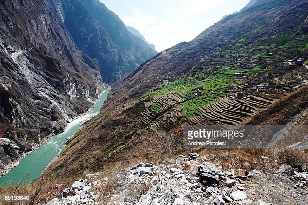 tiger leaping gorge, china - provinz yunnan stock-fotos und bilder
