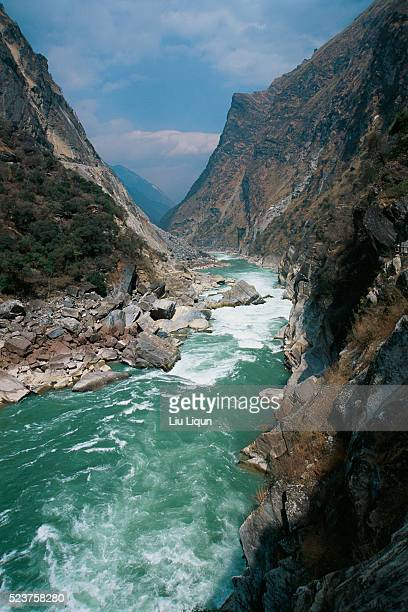 tiger leaping gorge - yangtze river stock pictures, royalty-free photos & images