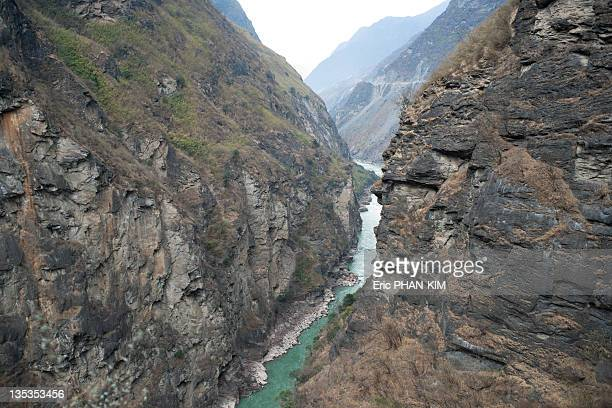 tiger leaping gorge, yunnan, china - provinz yunnan stock-fotos und bilder