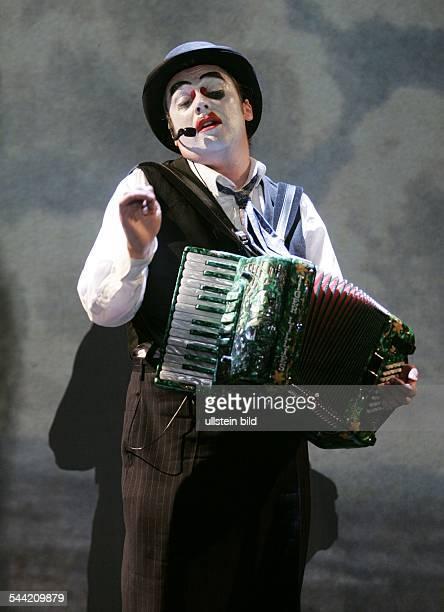Tiger Lillies Circus; Musikgruppe, Variete; GrossbritannienSaenger und Akkordeonist Martyn Jacques; Auftritt im ISIS-Zelt auf dem Düsseldorfer...