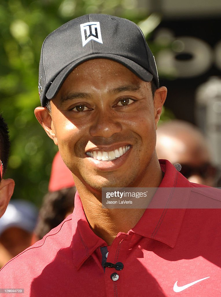 Chevron World Challenge Host Tiger Woods Makes Press Announcement For 2011 Field And Putt With Local Fans : ニュース写真