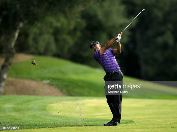Tiger Woods hits his third shot on the 18th hole during the Chevron World Challenge at Sherwood Country Club on December 2, 2010 in Thousand Oaks,...