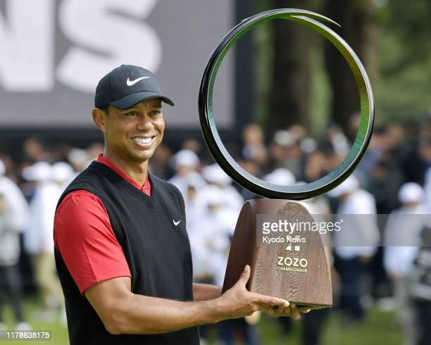 Gallo Images - 1178638175 - tiger woods poses with his trophy