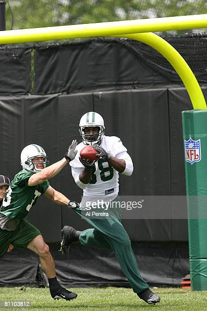 Tight End Bubba Franks of the New York Jets catches a pass during Organized Team Activities at the team's facilities May 15, 2008 in Hempstead, New...
