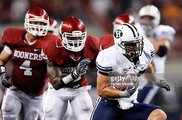 Tight end Dennis Pitta of the Brigham Young Cougars runs the ball against the Oklahoma Sooners at Cowboys Stadium on September 5, 2009 in Arlington,...