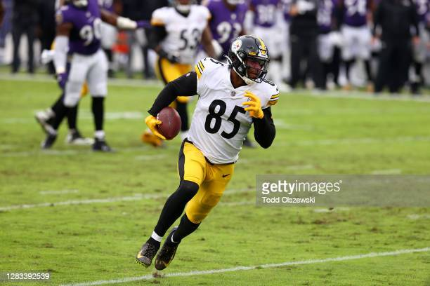 Tight end Eric Ebron of the Pittsburgh Steelers rushes for a touchdown after catching a pass against the Baltimore Ravens in the third quarter at M&T...