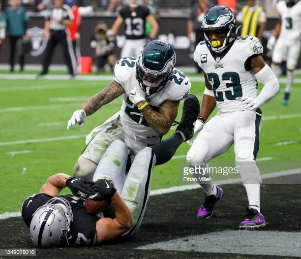 Tight end Foster Moreau of the Las Vegas Raiders catches an 18-yard touchdown pass against safeties Marcus Epps and Rodney McLeod of the Philadelphia...