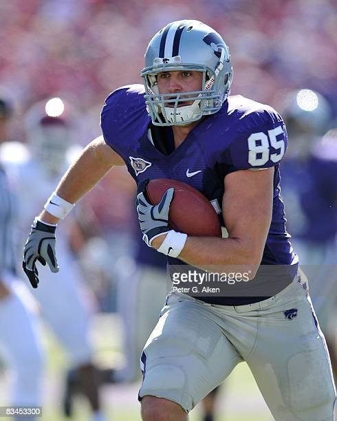 Tight end Jeron Mastrud of the Kansas State Wildcats rushes up field for a touchdown during the first half against the Oklahoma Sooners on October 25...