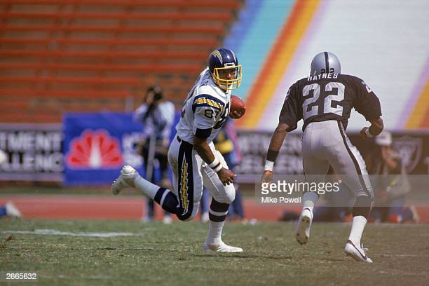 Tight end Kellen Winslow of the San Diego Chargers carries the ball during a 1986 NFL game against the Los Angeles Raiders at the LA Memorial...