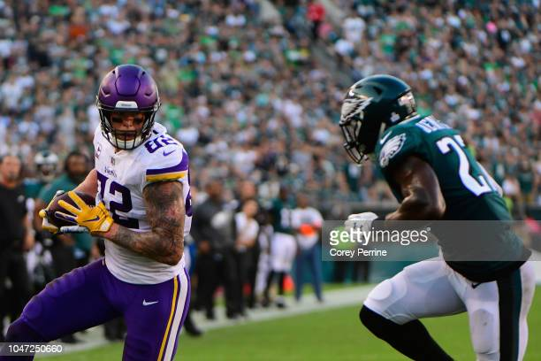 Tight end Kyle Rudolph of the Minnesota Vikings runs the ball against strong safety Malcolm Jenkins of the Philadelphia Eagles during the second...