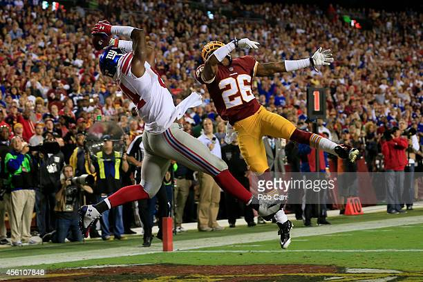 Tight end Larry Donnell of the New York Giants catches a pass for a touchdown in the second quarter at FedExField on September 25 2014 in Landover...
