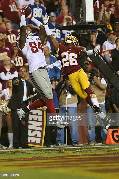 Tight end Larry Donnell of the New York Giants catches a touchdown pass during the 2nd quarter against the Washington Redskins at FedExField on...