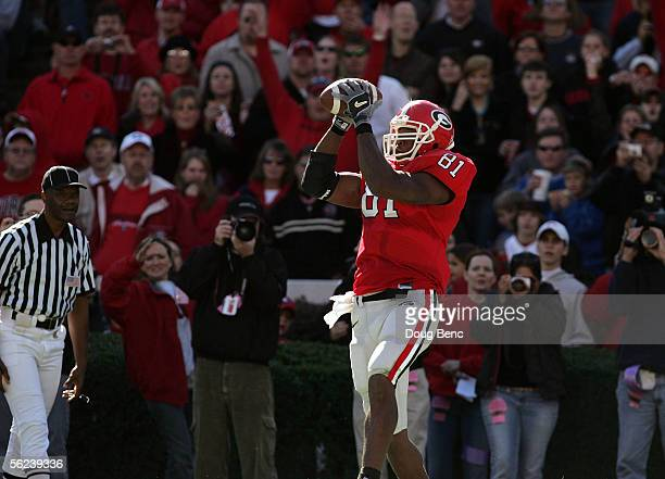 Tight end Leonard Pope of the Georgia Bulldogs catches a touchdown in the second quarter against the Kentucky Wildcats on November 19 2005 at Sanford...